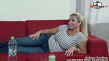 Deutsche Brünette Milf schlampe beim anal Arschfick tief ins Arschloch auf dem Sofa